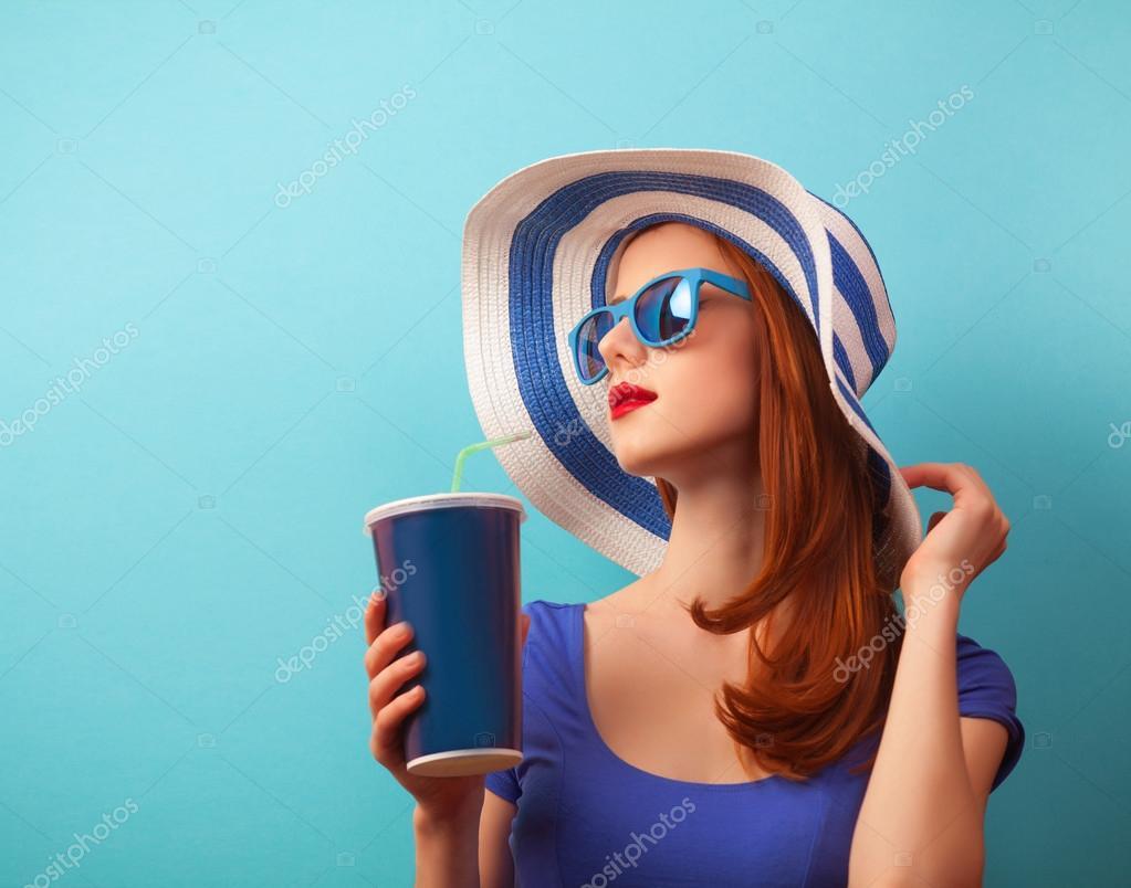 Рыжая девушка на пляже фото 24 фотография