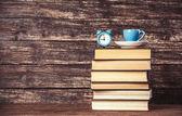 カップ、時計、木製テーブルの上の本. — ストック写真