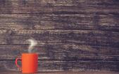Koffie of thee beker op houten tafel. — Fotografia Stock