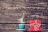 Hediye kutusu ve kahve — Stok fotoğraf