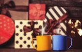 две чашки кофе и праздники подарки на фоне. — Стоковое фото