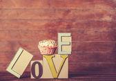Cupcake e a palavra amor na mesa de madeira. — Fotografia Stock