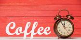 Väckarklocka och trä ordet kaffe. — Stockfoto