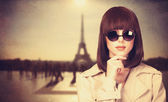 Style girl in sunglasses and Tour Eiffel on background. — Stock Photo