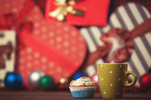 Cup of coffee and cupcake on christmas background. — ストック写真