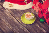 Cup of coffee with heart shape with christmas gifts. — Stockfoto