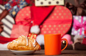 Cup of coffee and croissant on christmas background. — Stock Photo