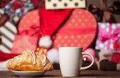 杯咖啡,牛角包圣诞背景. — 图库照片
