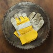 Circular saw and gloves — Stockfoto