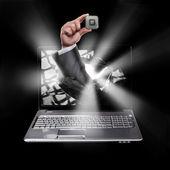 Laptop met gebroken scherm en hand — Stockfoto