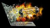 Kapsel mit virus am notausgang von einem laptop-bildschirm-monitor — Stockfoto