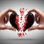 händer som håller brustet hjärta — Stockfoto