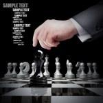 hand holding witte Schaken figuur op schaakbord — Stockfoto