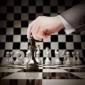 Hand hält, weiß schach am schachbrett abbildung — Stockfoto