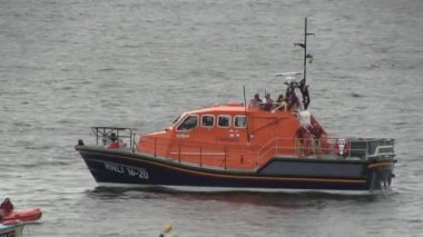 Life boat aiding a boat of the English coast. — Stock Video