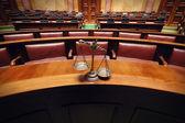 Decoratieve schalen van justitie in de rechtszaal — Stockfoto
