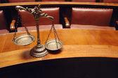 декоративные весы правосудия в зале суда — Стоковое фото