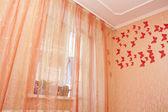 Sovrum inredning med gardiner — Stockfoto