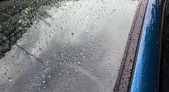 Splashes and water drops on a car windows — Stock Photo