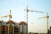Construction of the new brick building by means of the elevating crane — Foto de Stock