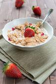 Cereais de pequeno-almoço com leite e morangos — Foto Stock