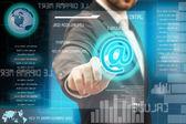 Zakenlieden aanraken een futuristische touchscreeninterface — Stockfoto