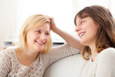 Complicity scene beetwen two girls best friends - Friendship con — Stock Photo
