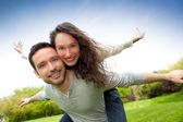 Młoda para zadowolony, zabawy w parku — Zdjęcie stockowe