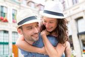 молодая счастливая пара, развлекаясь на праздники — Стоковое фото