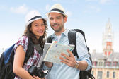 Young couple of tourists visiting city — Stock Photo