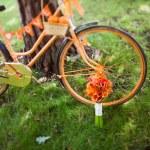 Wedding bouquet and orange bike — Stock Photo
