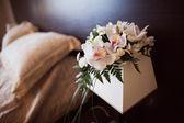 粉红和白色婚礼花束和婚礼环 — 图库照片