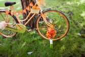 Wedding bouquet and orange bike — Stock Photo