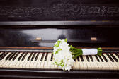 Bridal bouquet on the piano — Stock Photo
