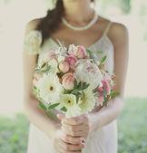 束玫瑰花在新娘的手 — 图库照片