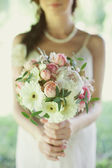 Sposa con bouquet sposa di rose — Foto Stock