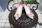 обручальные кольца и свадебная обувь — Стоковое фото