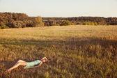 Brunetka dama w polu — Zdjęcie stockowe