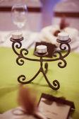 Hochzeit tisch mit teelichtern — Stockfoto