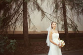 Bride walking in the park — Stockfoto