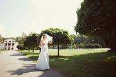 Bride walking in the park — 图库照片