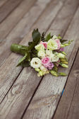 White and pink wedding bouquet in park — Stock Photo