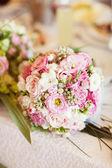 白色和粉红色的婚礼花束 — 图库照片