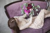 Luksusowy panna młoda w rózowej sukni z bukiet ślubny w winie — Zdjęcie stockowe