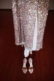 Zapatos plateados y vestido de novia — Foto de Stock