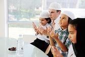 Muslimischen vater beten mit kindern für ramadan — Stockfoto