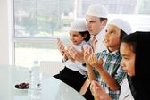 Muslim father praying with kids for Ramadan — Stock Photo