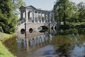 El puente de mármol en el parque de catherine. tsarskoe selo — Foto de Stock