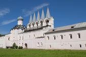 A vista na torre sineira do Mosteiro de Tikhvin Uspensky do homem. Tikhvin — Fotografia Stock