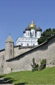 Kreml. dovmontov wieża i kopuły katedry świętej trójcy — Zdjęcie stockowe